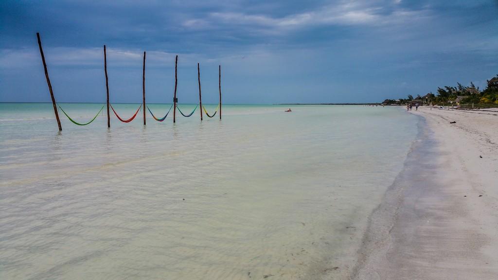 Guida a Holbox spiaggia con amache
