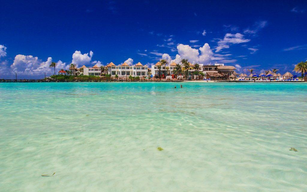 guida a isla mujeres spiaggia con hotel in fondo