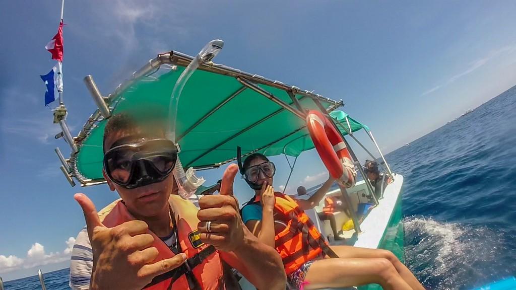 nuotare con gli squali balena coppia in procinto di tuffarsi in acqua da barca