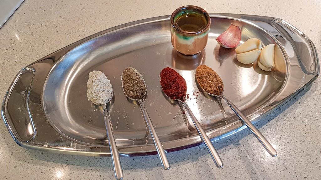 cucchiaini di spezie e olio