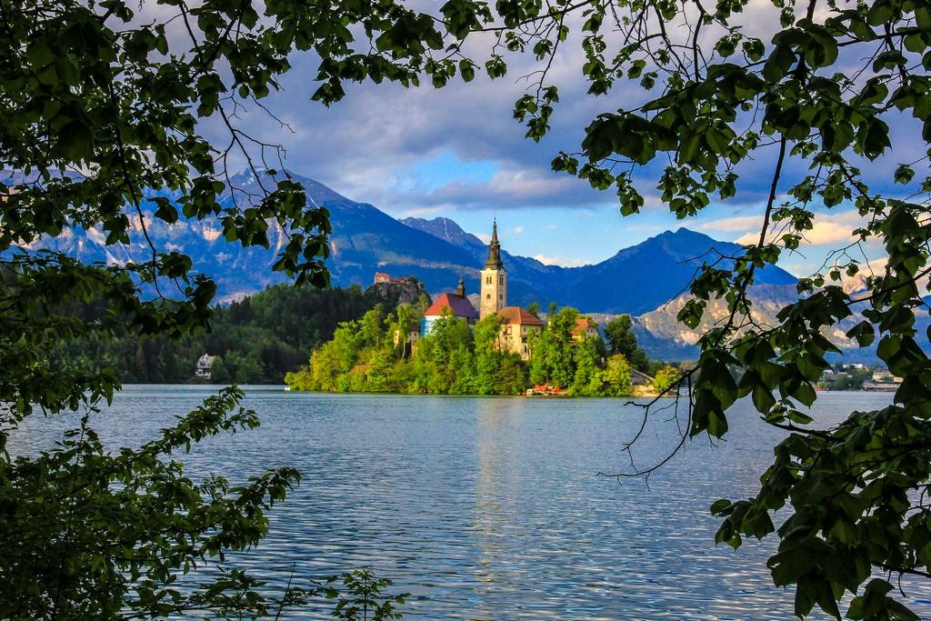 Visita al lago di Bled isola nel lago fra le fronde degli alberi