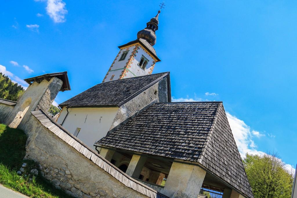visita al lago di bohinj tetto di una chiesa