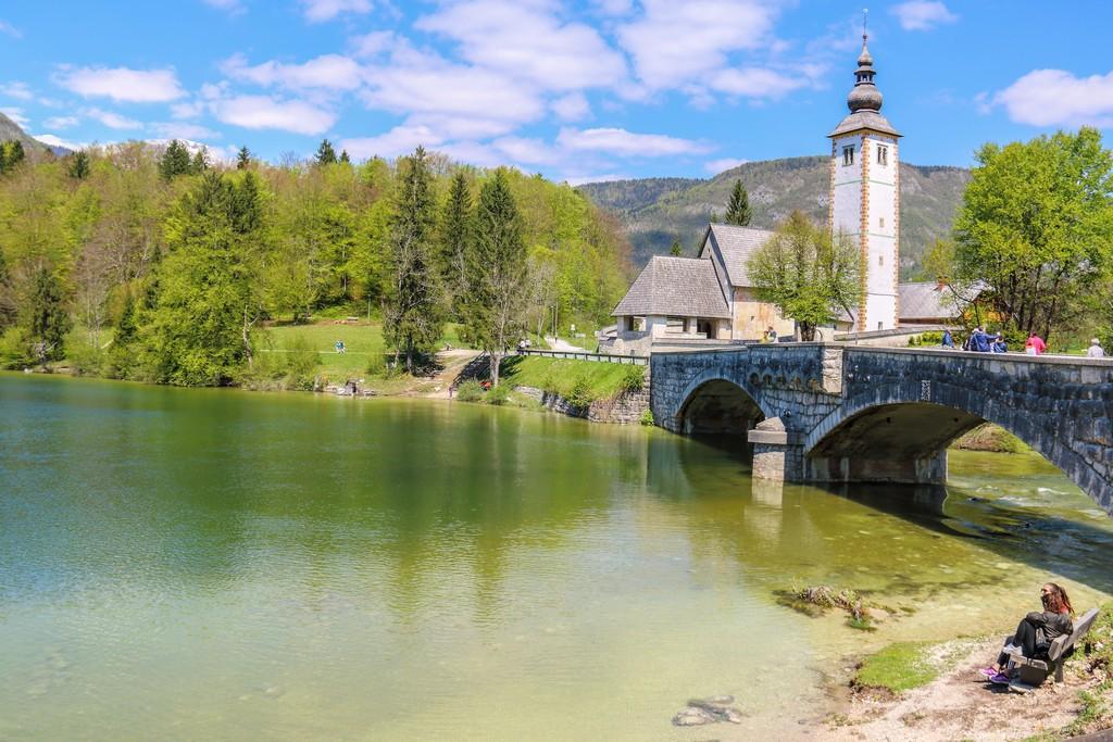 itinerario in Slovenia in 4 giorni lago di bohinj con panchina