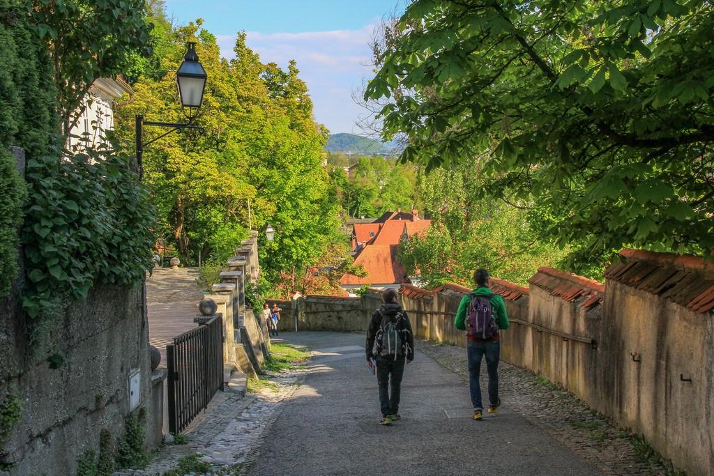due persone scendono la strada