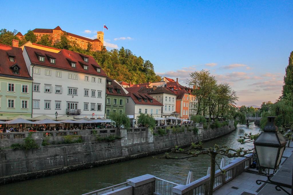 itinerario in Slovenia in 4 giorni cosa vedere a lubiana lungofiume con palazzi