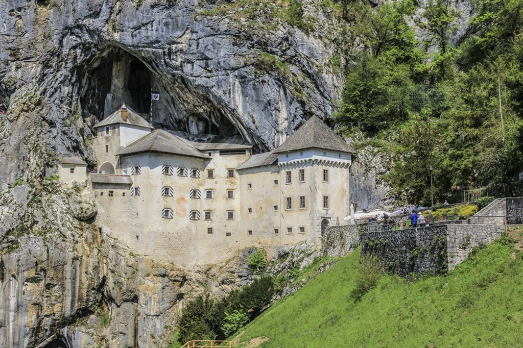 itinerario in Slovenia in 4 giorni castello di predjama da fuori