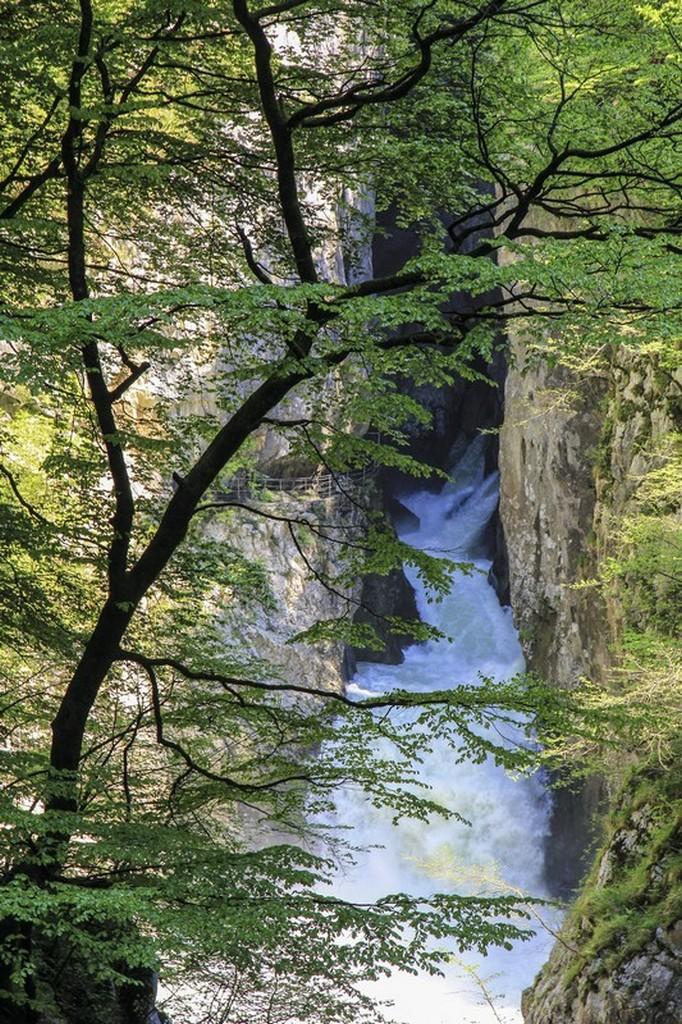 fiume che scorre nella grotta