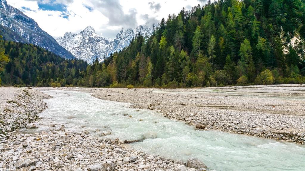 Visita al Parco Nazionale del Triglav letto sassoso di un fiume con montagne
