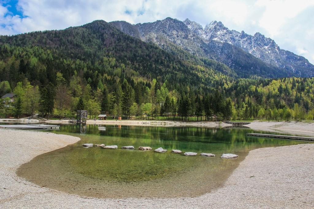 Le vette innevate dietro al lago di Jasna