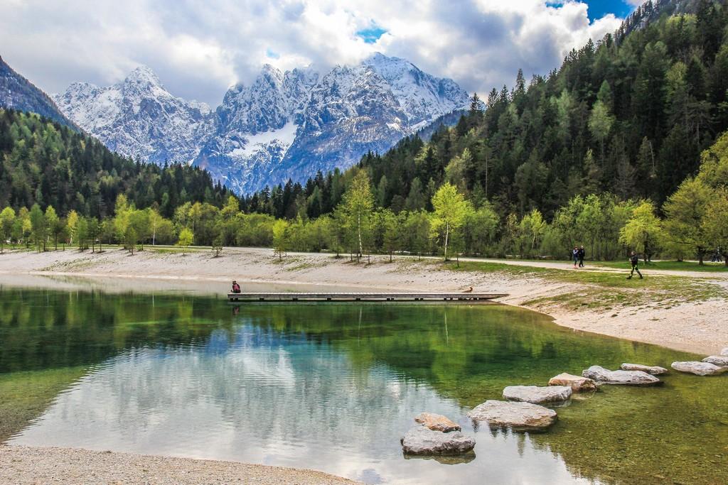 Visita al Parco Nazionale del Triglav Le vette innevate dietro al lago di Jasna