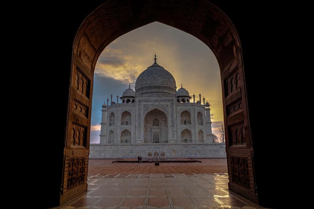 Superare la paura dell'India taj mahala all'alba da dietro il portale