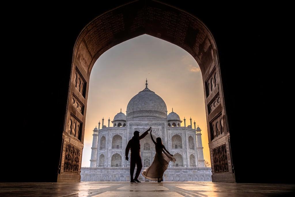 coppia davanti al mausoleo