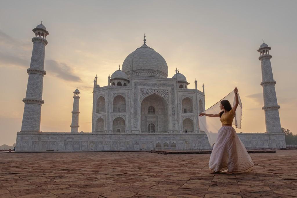 donna davanti al mausoleo