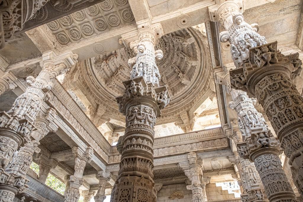 Visita ai templi di Ranakpur pilastri scolpiti reggono la cupola