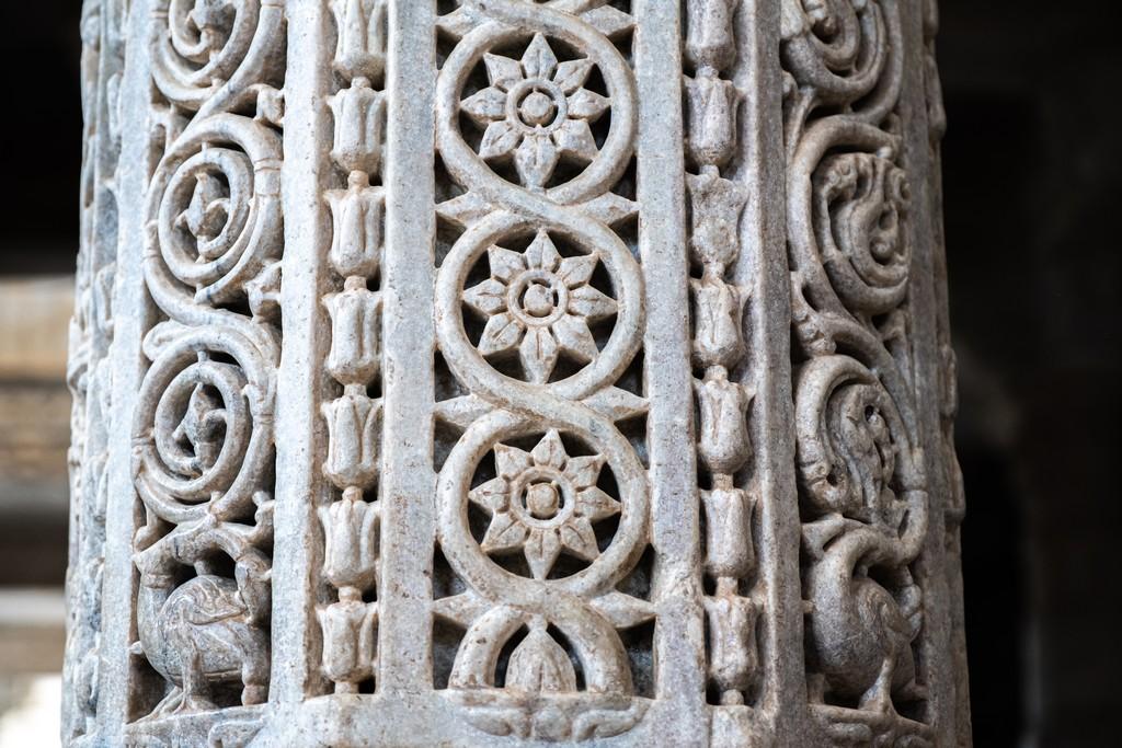 Visita ai templi di Ranakpur colonna decorata a motivi floreali