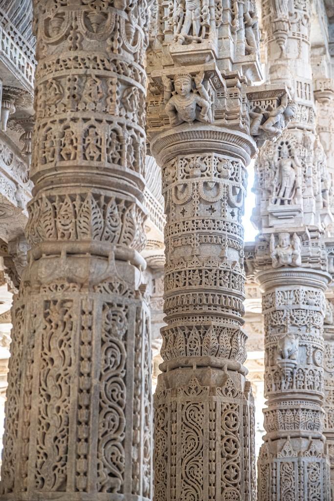 colonne di marmo decorate a rilievo in successione