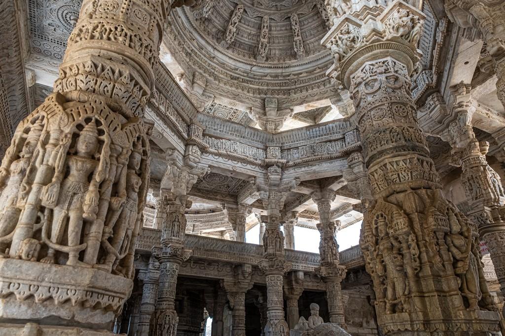 Visita ai templi di Ranakpur sculture sulle colonne
