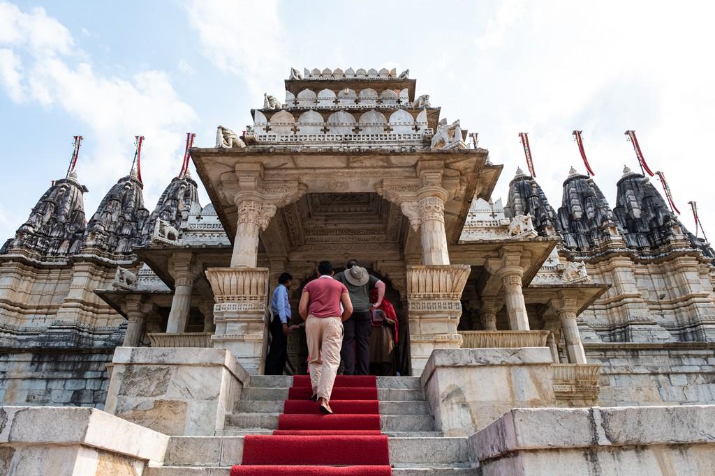 Visita ai templi di Ranakpur ingresso al tempio con persona