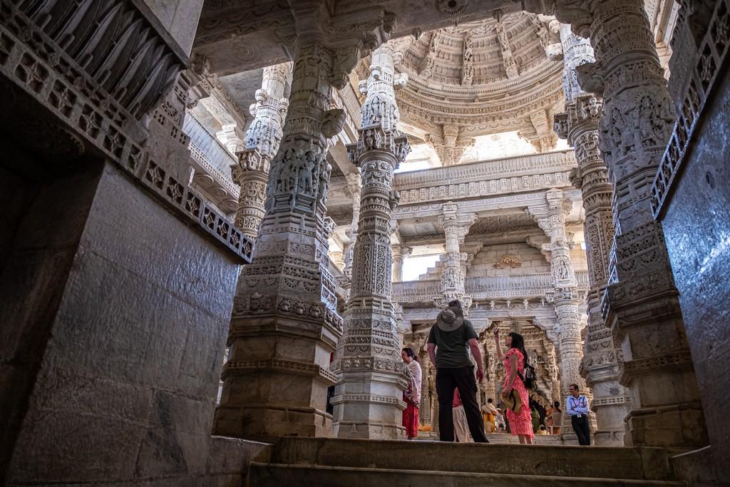 Visita ai templi di Ranakpur ingresso del tempio con colonne decorate