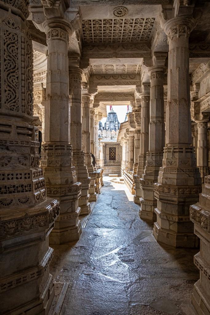 corridoio di pilastri verso la luce
