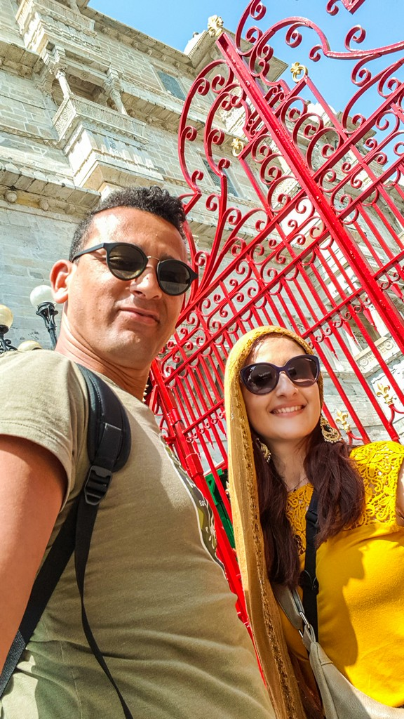coppia davanti a un cancello