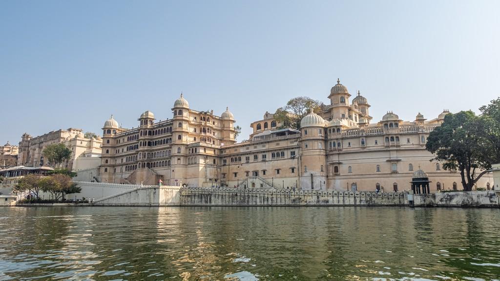 10 motivi per visitare Udaipur city palace visto dal lago