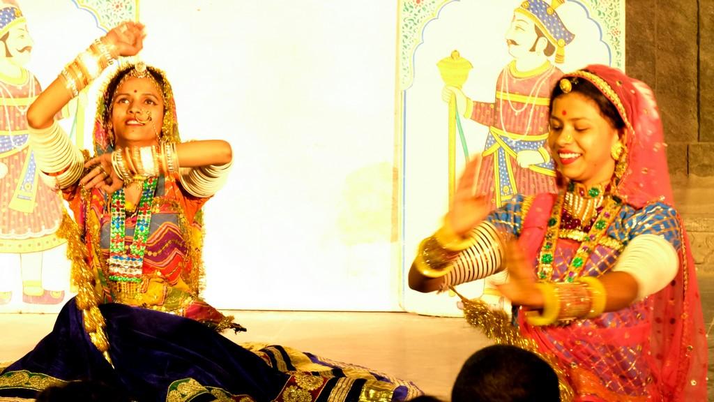 Danze tradizionali del Rajasthan ballerine sedute