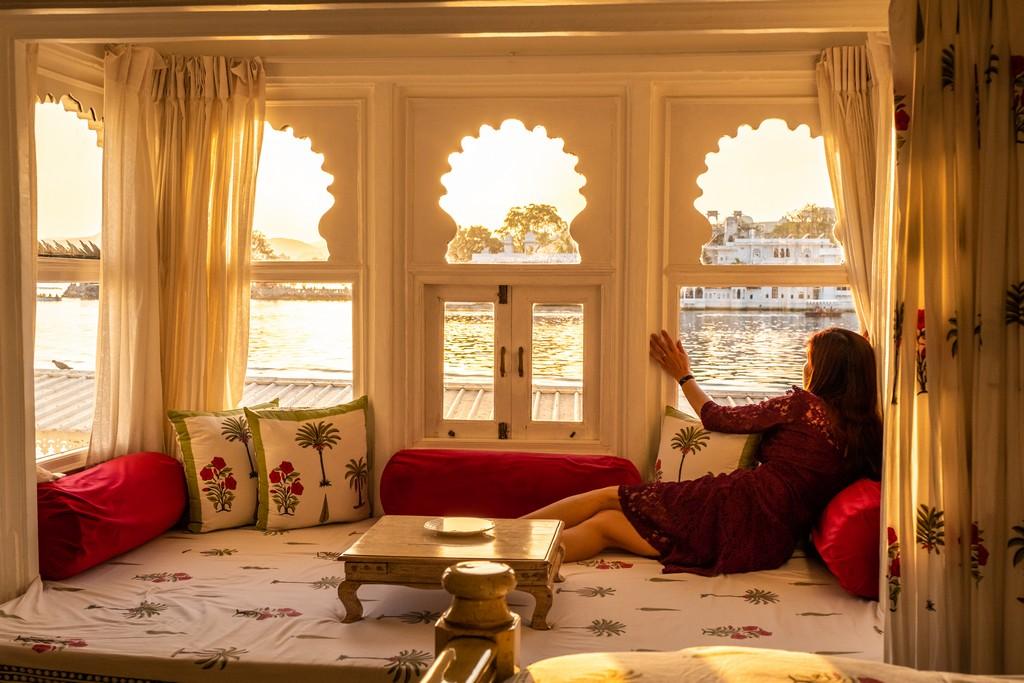 ragazza guarda alla finestra