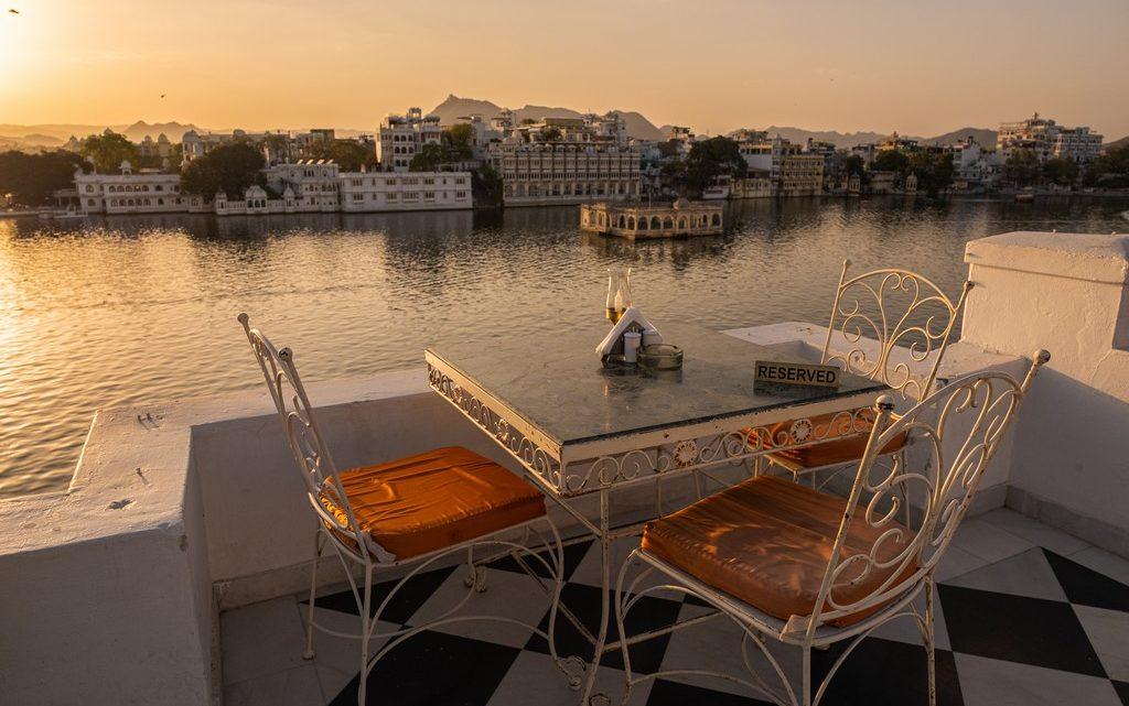10 motivi per visitare udaipur sedie al tramonto