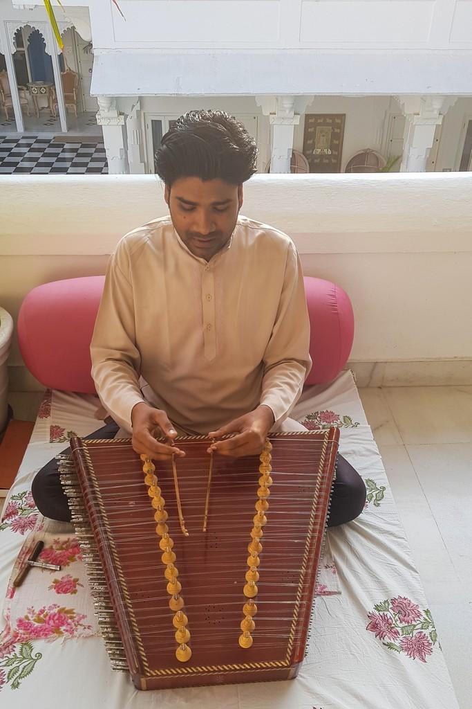 Dove dormire a Udaipur suonatore di santor