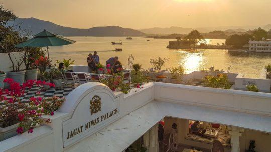 dove dormire a udaipur vista del lago dal terrazzo