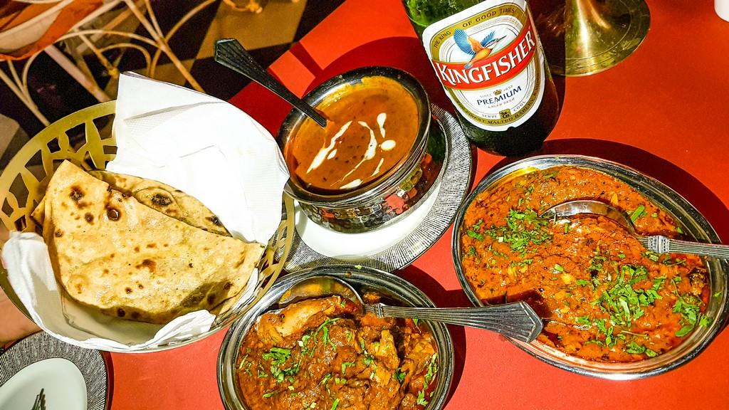 tavola imbandita di cucina indiana