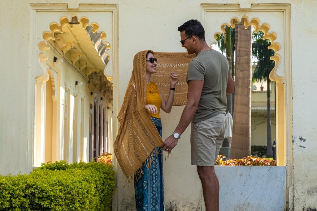 Superare la paura dell'India coppia su sfondo di palazzo