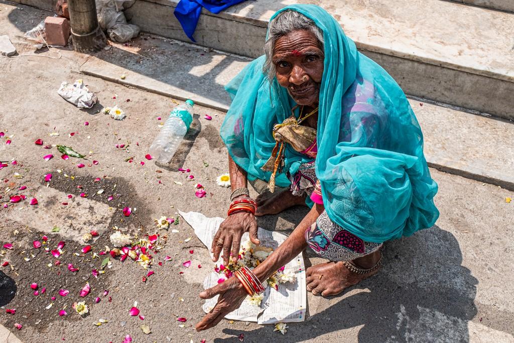 Superare la paura dell'India signora a terra che chiede elemosina