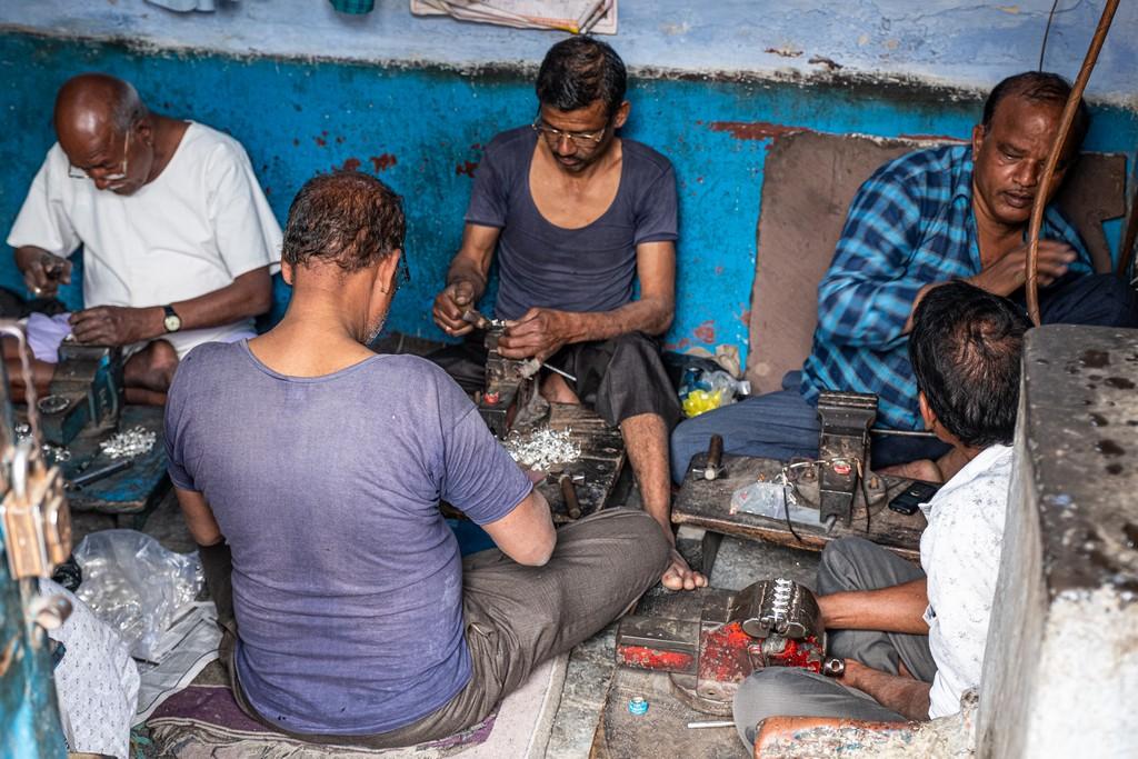 5 cose da fare a Udaipur artigiani lavorano l'argento