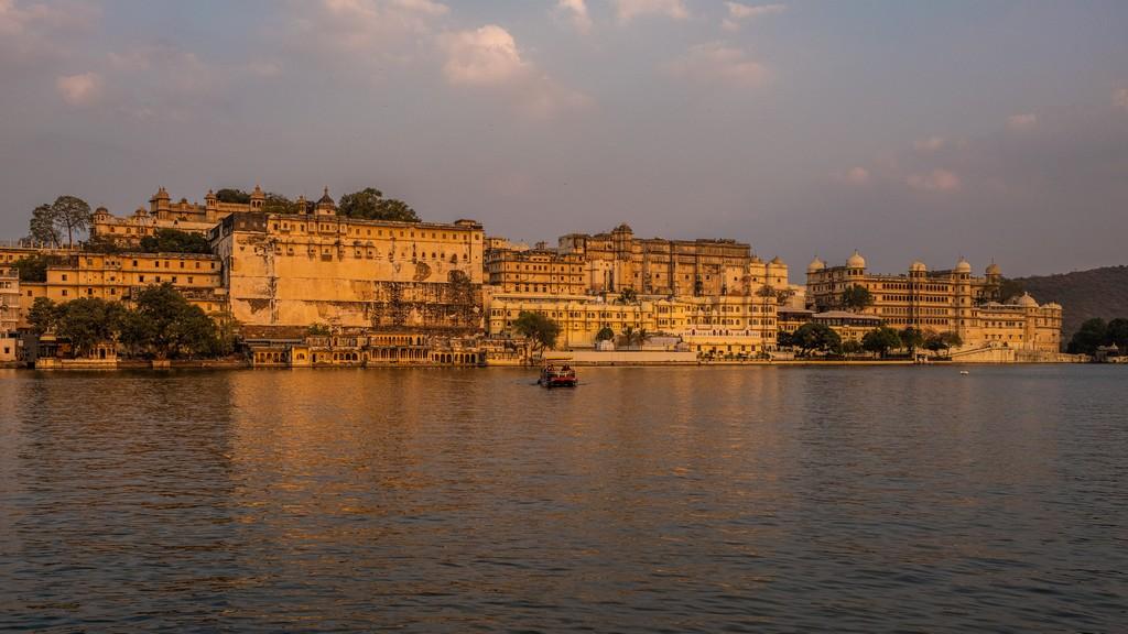 tramonto sul city palace da ambrai ghat