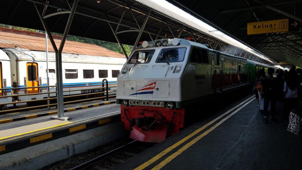 treno arriva in stazione a Surabaya