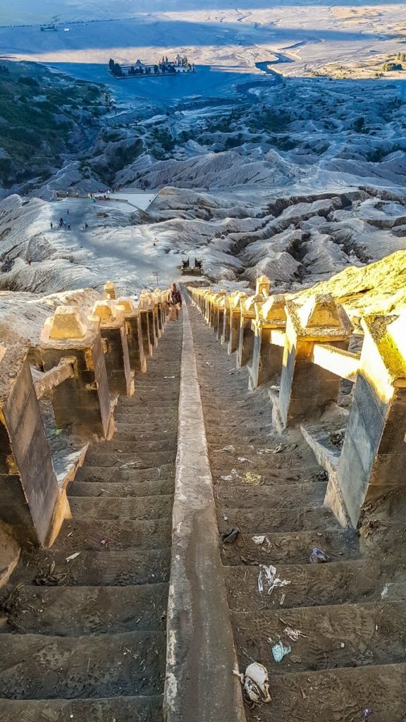 come visitare il Monte Bromo fai da te scalinata per salire sul monte bromo con vista sulla vallata