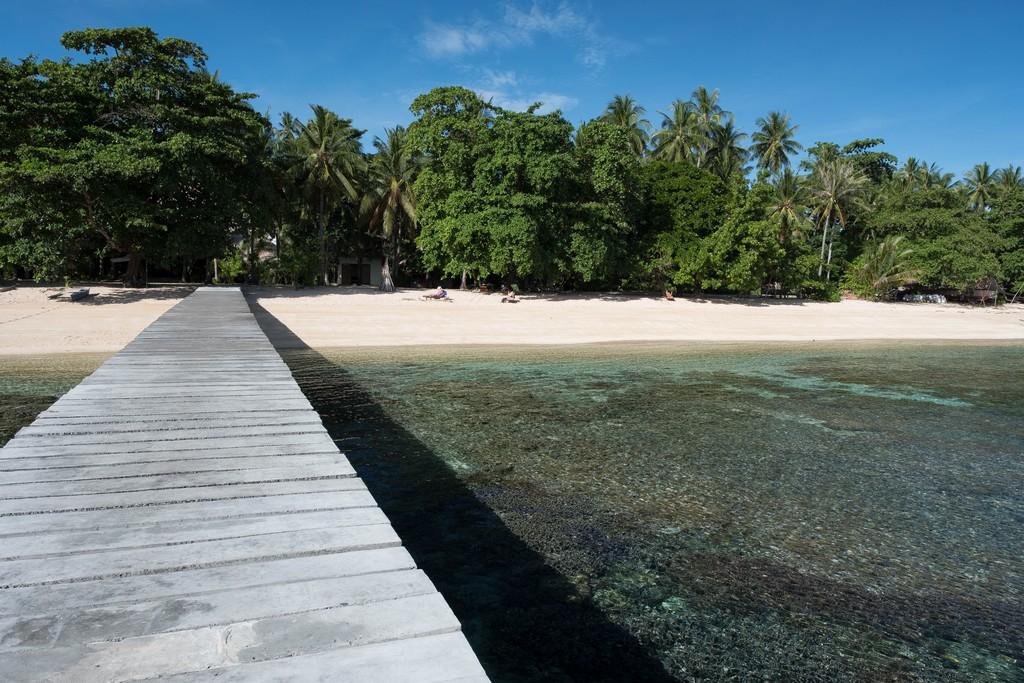 pontile oltre la barriera con vista spiaggia