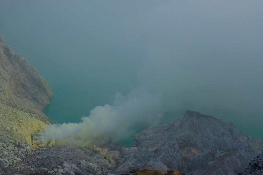 come visitare Kawah Ijen fai da te Il lago nel cratere e i fumi sulfurei che formano i gialli depositi di zolfo