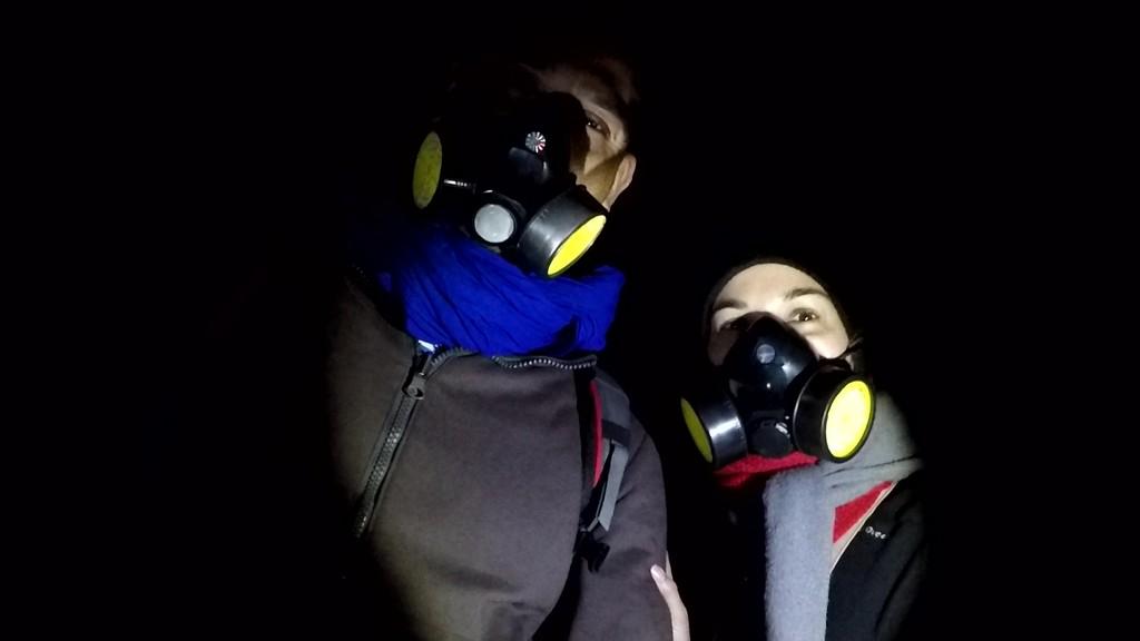 Indossare le maschere antigas è necessario per non inalare i fumi tossici