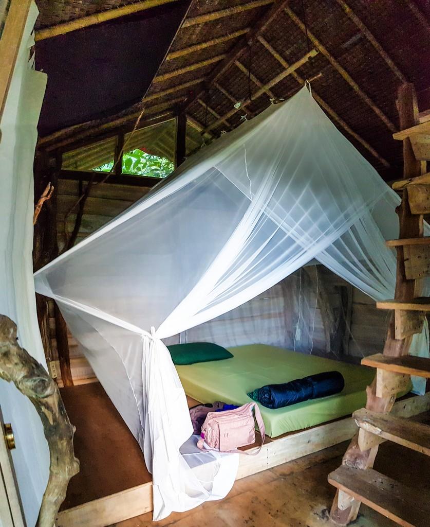 dove dormire per visitare il Kawah Ijen vista del letto con zanzariera