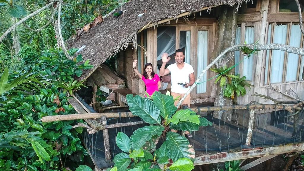 coppia saluta da una casa sull'albero