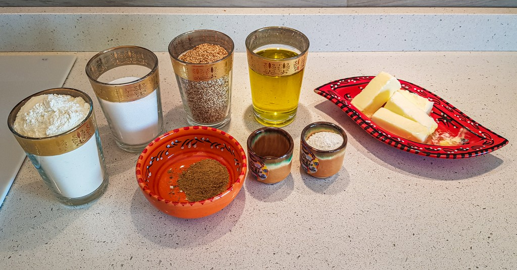 ghoriba al sesamo ingredienti in bicchieri e vassoi