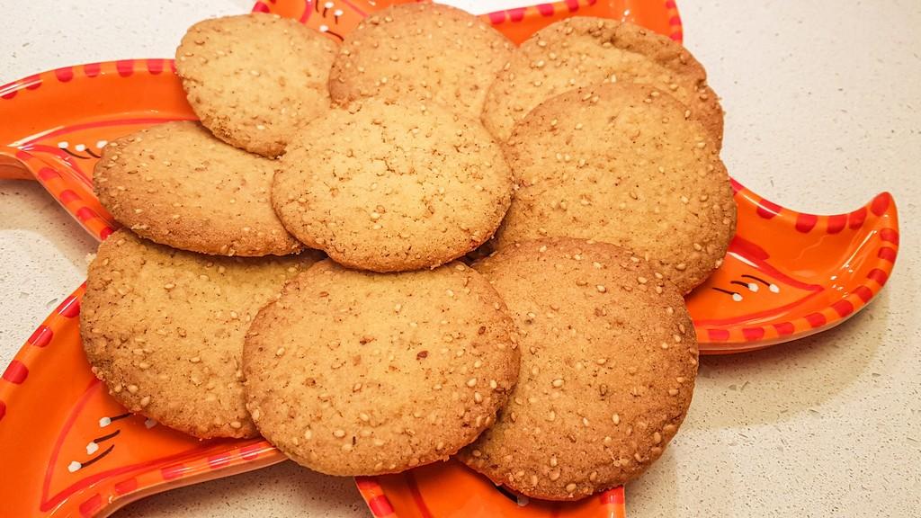 biscotti ghoriba al sesamo dal marocco su vassoio arancione