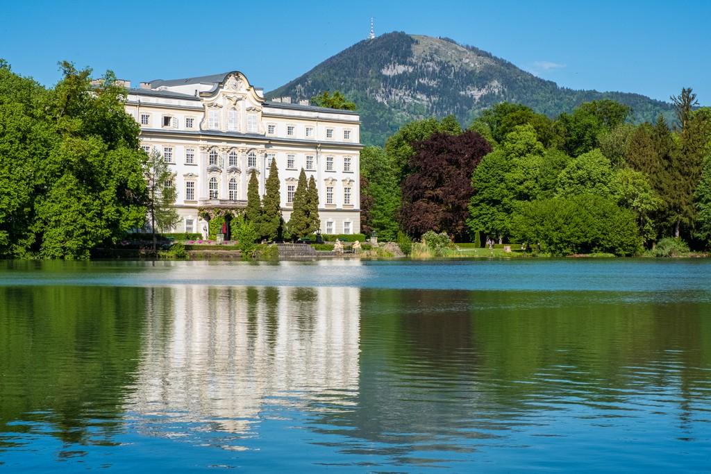 Location di Tutti Insieme Appassionatamente a Salisburgo facciata del castello che si specchia sul lago