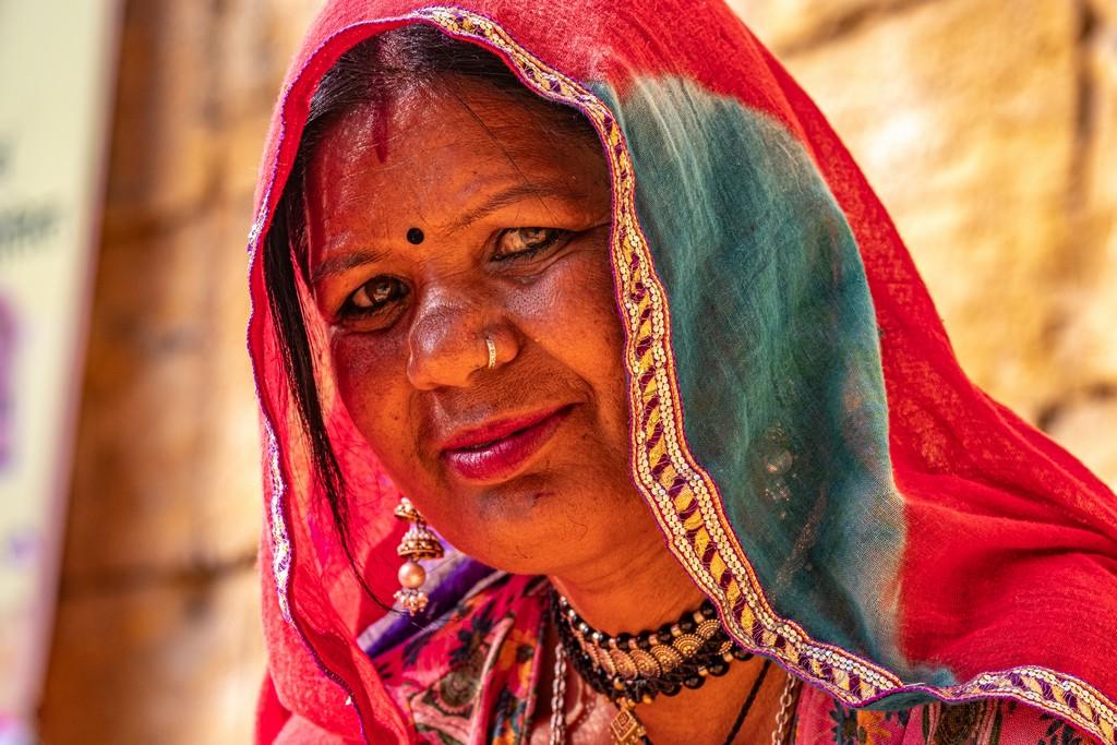 Superare la paura dell'India donna sotto un velo colorato guarda nell'obiettivo