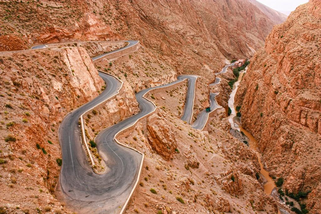 itinerario in Marocco in una settimana strada serpeggia sulla montagna