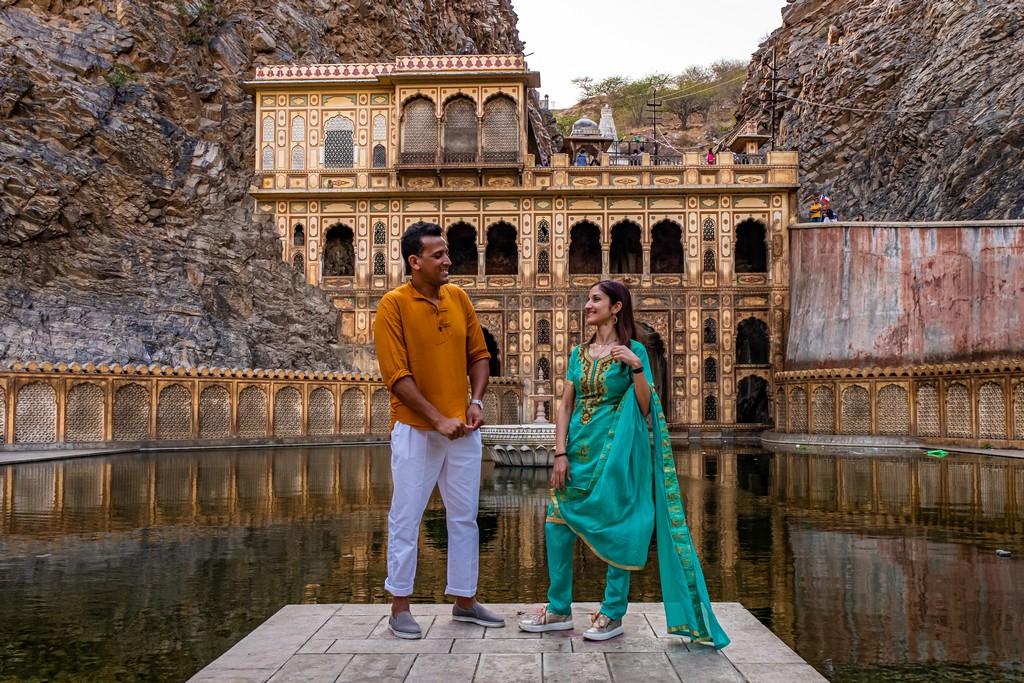 coppia davanti un tempio