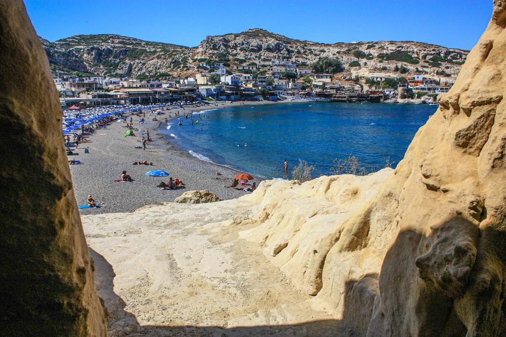 vista della spiaggia da una grotta